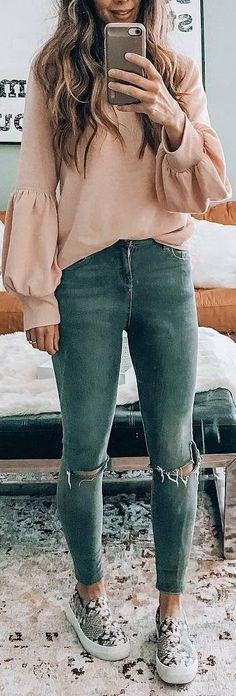 woman wearing beige sweater and blue distressed jeans taking photo. Pic by Grey Fur Coat, Beige Sweater, Cozy Winter Outfits, Spring Outfits, Preppy Outfits, Outfits For Teens, Blue Denim Jeans, Distressed Jeans, Long Sleeve Tops