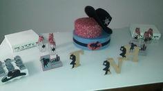 Festa Country simples, com letras em MDF decoradas, bandejas com forminhas, garrafinhas com tecido e estrela de cherif e bolo de tecudo