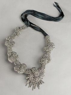 Babie letá: 50+: Veľké náhrdelníky -Donna Karan