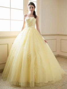 Discover recipes, home ideas, style inspiration and other ideas to try. Yellow Ballgown, Yellow Gown, Stunning Dresses, Beautiful Gowns, Pretty Dresses, Glamour Fashion, Mode Glamour, Yellow Wedding Dress, Colored Wedding Dresses