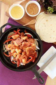 まだまだブームが続く韓国料理で、最近新たに話題になっているのが「韓国風ファヒータ」。豚カルビやえびをコチュジャンや唐辛子で韓国風に味つけしたものを、トルティーヤで包んで食べる韓国風メキシコ料理です。今回は、甘辛味の豚カルビとガーリックシュリンプの作り方と、ファヒータにぴったりのソースを2種類ご紹介します!