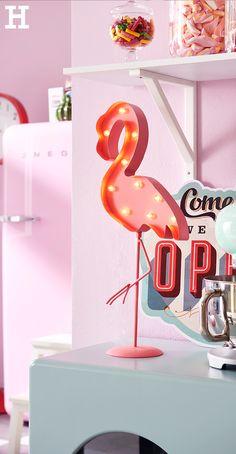 """Ein Must-have diesen Sommer: der leuchtende LED Flamingo in der Candy-Farbe """"Rosa"""". Da kann man sich gar nicht satt sehen. Sooo schön! #flamingo #sommer #küche #deko"""