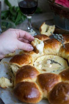 Couronne de brioche fourrée au pesto et camembert rôti à l'huile de truffe noire