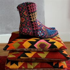 Shirdak. A gallery of traditional Central- Asian nomad textiles, felt carpets and modern European designers influenced by the nomadic culture.
