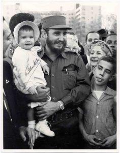 Fidel durante su histórica visita a Nueva York en 1959, en Hill Park (muy cerca de la embajada) con una niña de 16 meses en brazos. Derechos imagen: Estudios Revolución.