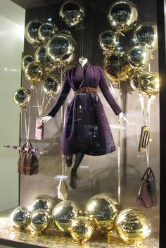 spray paint balls and/or balloons a metallic color for a front window display Boutique San Francisco, Retail Windows, Store Windows, Store Window Displays, Shop Displays, Boutique Deco, Color Dorado, Shop Fronts, Window Dressings