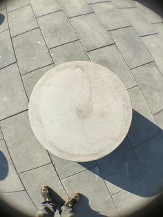 Dit is een stenen cilinder die in van boven heb gefotografeerd waardoor het een punt vormt.