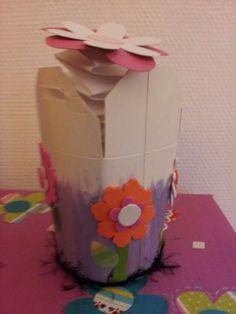Nog een variant van een Chinees doosje maar dan heb ik er een Jack in de box ervan gemaakt. Deze is beschilderd en daarna beplakt met foam figuurtjes. Binnen in een muizentrapje met een bloem erop. Zodra je het doosje open maak springt de bloem eruit.