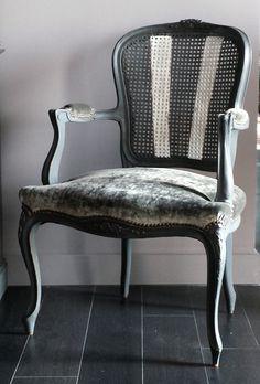 Sillón pata curva decapado en gris envejecido, rejilla decorada y tapizado en gris. www.candini.com #Candini #Muebles #Sillas #Restauración #decapado #EstiloProvenzal #tapizado #Estilo Clásico