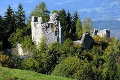 Burgruine Ortenburg is a mediaeval castle near Baldramsdorf in Carinthia, Austria. Carinthia, Medieval Castle, Abandoned Places, Austria, Mount Rushmore, Mountains, World, Travel, 11th Century