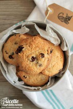 Foto biscotti scoppiettanti all'uvetta e cannella