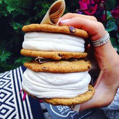 Ice cream sandwich with cookies Slow Cooker Desserts, I Love Food, Good Food, Yummy Food, Food Porn, Vegan Ice Cream, Food Goals, Aesthetic Food, Food Cravings