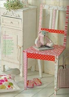 Quem não tem uma cadeira ou banquinho velho e feio dando sopa por aí? Eu achei maravilhosa essa idéia... dá pra usar papel e depois envernizar. Acho q com tecido tbm fica bonito.