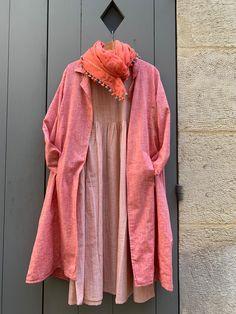 """Robe et manteau """"Isa"""" en coton. Châle pompons, coton et soie khadi (filé, tissé à la main).  - Handloomed cotton """"Isa"""" dress and coat. Cotton silk handloomed khadi scarf. Paris, Fashion, Pom Poms, Dress, Spring Summer, Fabrics, Mantle, Cotton, Moda"""