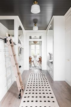 thinking kitchen but great in any room. Une maison de plage en Caroline du Sud - PLANETE DECO a homes world Dark Ceiling, Shiplap Ceiling, Vaulted Ceilings, Contemporary Beach House, Bunk Rooms, Bunk Beds, Bedrooms, Twin Beds, Ideas Hogar