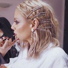 Stunning bobby pins on light brown hair - hair accessories - Hair Barrettes, Hair Clips, Hair Inspo, Hair Inspiration, Bobby Pins, Bobby Pin Hairstyles, Fashion Hairstyles, 2000s Hairstyles, Model Hairstyles