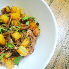 SOBA pohankové nudle se zázvorovou omáčkou a restovanou dýní Soba Noodles, Pot Roast, Bff, Ethnic Recipes, Food, Carne Asada, Roast Beef, Essen, Meals