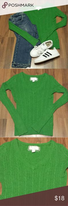 American Eagle Sweater🍁🍃 Comfy & cozy! This cable knit, Kelly green sweater is sure to brighten up your day. It's in perfect condition, worn once, no pilling. Pair with jeans & sneakers or booties! American Eagle Outfitters Sweaters