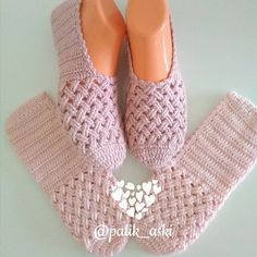 The Cloister Shell Shawl Crochet Tutorial Knitting and Bordado Videos Crochet Slipper Boots, Knitted Slippers, Diy Crafts Crochet, Crochet Projects, Crochet Slipper Pattern, Crochet Patterns, Crochet Shawl, Crochet Baby, Crochet Accessories