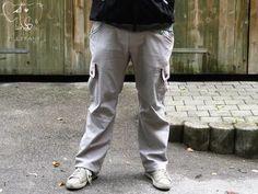 Hier bekommt ihr die BEIN-ERWEITERUNG für die Cargo Hose von Rotbart. Um die lange Hose in einer der abgebildeten Varianten nähen zu können, benötigt ihr außerdem das Ebook: Die Cargo Hose. Im Ebook enthalten: - ist die Bein-Erweiterung für die Rotbart Cargo Hose für Männer in den Größen S - 3XL in 3 verschiedenen Beinweiten! - Ein Tutrial zum Nähen der einfachen langen Hose mit normalen oder Gummisaum. - Ein Tutorial zum Teilen der Beine mit einem Reißverschluss. - EinTutorial zum Nähen…