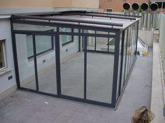 veranda realizzata in alluminio e vetro con tenda superiore motorizzata