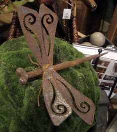 I love rusty garden decor - it beats our weather to it!