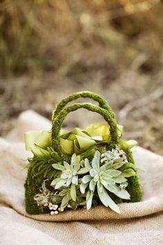 Mini borsetta con muschio e succulente adatta anche come segnaposto