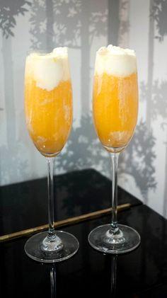 Postre de helado de vainilla con zumo de naranja