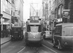 Motorwagen 577 in dienst op lijn 1 in de Leidsestraat in Amsterdam op 7 november 1962. Het autoverkeer was toen nog gewoon in deze straat. Mot.w. 577 (grijze enkelgelede wagen) is uit de serie 576-587 gebouwd in 1959 bij Beijnes te Beverwijk. Het is de vervolgserie van serie 551-575 gebouwd in 1957 ook bij Beijnes.   via http://home.tiscali.nl/~cniesten/zweed.htm
