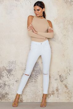 This is a must have pair for every closet! The Ancle Ripped Knee Jeans by Rebecca Stella comes in white and feature slits at knees, a slightly high-waisted fit and a cropped silhouette. Mix them with a pair of classic loafers and a oversized shirt for the perfect look!