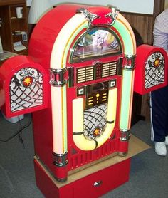 poor styling with those side speakers. Jukebox, Radios, Vintage Music, Vintage Tv, Music Machine, Arcade, Record Players, Old Music, Phonograph