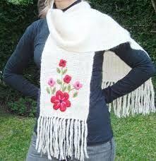 Resultado de imagen para ruanas bordadas Crochet Scarf Easy, Crochet Poncho, Crochet Potholder Patterns, Wool Embroidery, Signature Look, Scarf Hat, Needlework, Sewing, Knitting