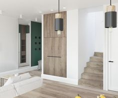 W salonie znajdują się sporo drewnianych elementów, wśród nich są np. zabudowana szafa czy schody prowadzące na górę....