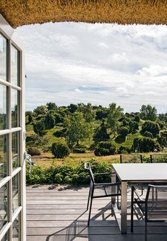 Stråtækt sommerhus med skøn udsigt