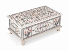 A FLORAL PIETRA DURA INLAID MARBLE CASKET, PROBABLY AGRA, NORTH INDIA, 19TH CENTURY