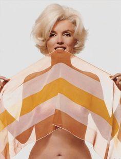 Marilyn monroe tapandose con una pashmina coor naranja y blanca