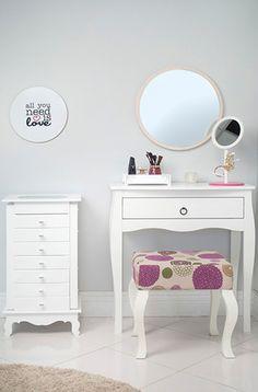 Aprenda a montar um cantinho de maquiagem do seu jeito e em um espacinho livre da casa e facilite a sua rotina na hora de se arrumar para sair!