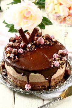 Herkullinen kolmen suklaan juustokakku syntyy vaivattomasti ilman liivatetta. Kakun pohjassa on voin sijasta valkosuklaata antamassa ihanaa makua. Snickers Cheesecake, Cheesecake Recipes, Dessert Recipes, Pie Cake, No Bake Cake, Food Cakes, Cupcake Cakes, Vegan Desserts, Delicious Desserts
