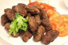 Köfte- Turkiska biffar med paprikasås och tarator - ZEINAS KITCHEN Shawarma, Learn To Cook, Tahini, Sausage, Recipies, Lunch, Beef, Dinner, Cooking