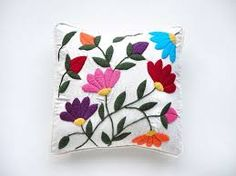 Catalina A Blanco Boutique & Deco Mexican Embroidery, Crewel Embroidery, Hand Embroidery Designs, Embroidery Patterns, Hand Work Design, Wool Applique, Fabric Painting, Embroidered Flowers, Pillow Design