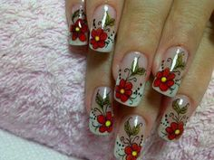 Unhas de gel decoradas com rosas vermelhas.