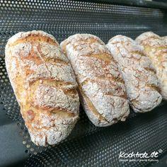 Sohooooo, ich schieb Euch direkt noch die Quinoa-Brötchen hinterher. Sie haben den gleichen Teig wie das Quino-Brot. Ich empfehle Euch, die ganze Teigmenge zu backen. Das gibt je nach Größe der Brö...