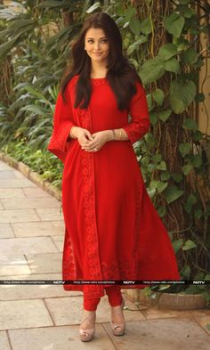Aishwarya spent her birthday with college friends http://ndtv.in/1bfJ12w