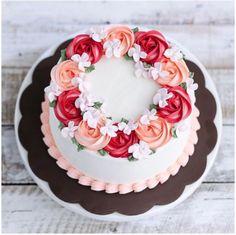Torta alla pasta di zucchero con fiori