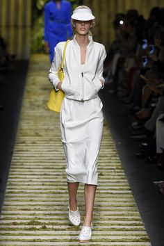 Max Mara Spring 2017 Ready-to-Wear Fashion Show - Jessie Bloemendaal Catwalk Fashion, Fashion 2017, Fashion Outfits, Milan Fashion, Max Mara, All White Outfit, Fashion Show Collection, Vanity Fair, Spring Summer Fashion