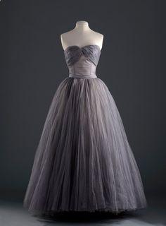 L'exposition sur les années 1950 au Palais Galliera www.vogue.fr/...