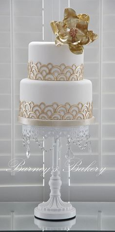 Gold wedding cakes bring out the sparkle in your wedding decor. From ruffled cakes to towering gold cake monuments, here are our favorite gold wedding cakes to get inspired by. Art Deco Cake, Cake Art, Art Cakes, Gorgeous Cakes, Pretty Cakes, Gold Cake, Wedding Cake Designs, Art Deco Wedding Cakes, Cake Wedding