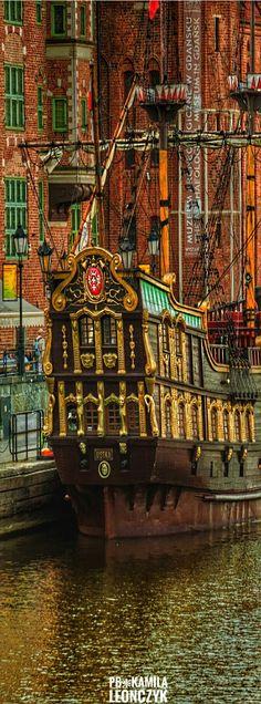 Gdańsk Polonia / Gdansk es la sexta mayor ciudad de Polonia y la mayor ciudad portuaria de este país. Entre 1975 y 1998 fue capital del desaparecido Voivodato de Gdansk y, desde 1998, es la capital del voivodato de Pomerania.