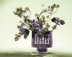 色や線など、いろいろな要素の表情を持つ、がくあじさいと松を取り合わせました。がくあじさいの葉が楽しそうにゆれています。花材:がくあじさい、松 花器: 炻器花器(安原喜明) A strong vase was selected to express the buoyant movement of plants.Pine was combined with hydrangea that offers multiple expressions of colors, lines and such. Material: Hydrangea, Pine Container:Ceramic vase #ikebana #sogetsu
