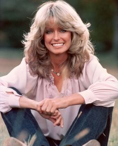 Farrah Fawcett always preferred to use the ash blonde hair color. I've never seen her with a different hair color. and of this open platinum blonde and gold hair color. Farrah Fawcett, 1970s Hairstyles, Cool Hairstyles, Hairstyle Ideas, Corte Shaggy, Teased Hair, Brown Blonde Hair, Jane Birkin, Julia Roberts